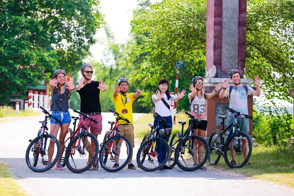 Vietnam cycling tours with tourguide
