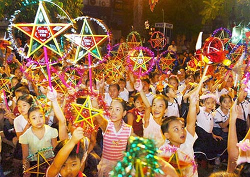 Eager and cheerful atmosphere during the children's light procession in the Mid-Autumn Festival