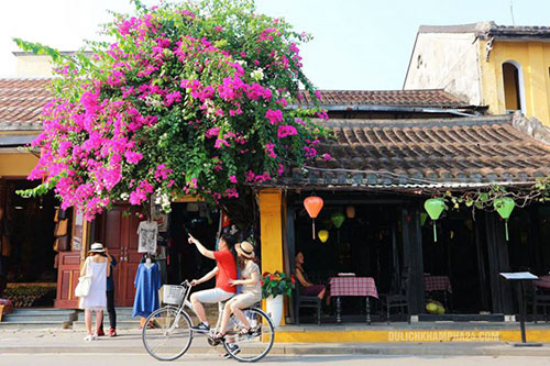 Leisurely riding on your bike to enjoy the rhythm of Hoi An Ancient Town