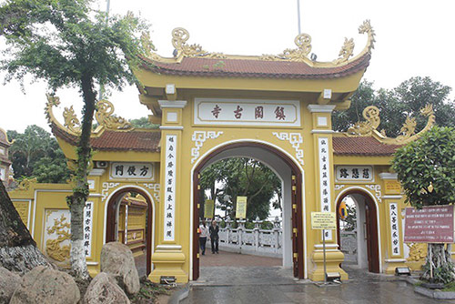 The main gate has the traditional architecture of Mahayana Buddhism