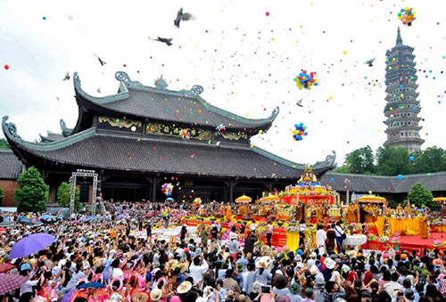 Thousands of people go on a pilgrimage to Perfume Pagoda Festival