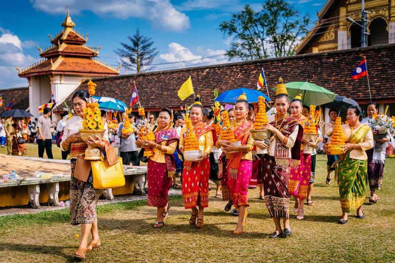 attire-at-pha-that-luang-festival