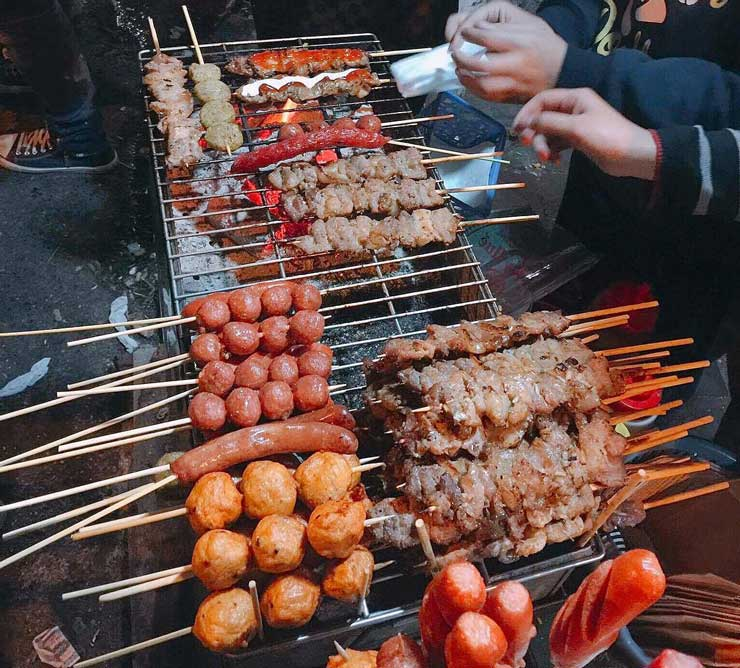 grilled-and-bbq-street-food-item-at-night-market-hanoi