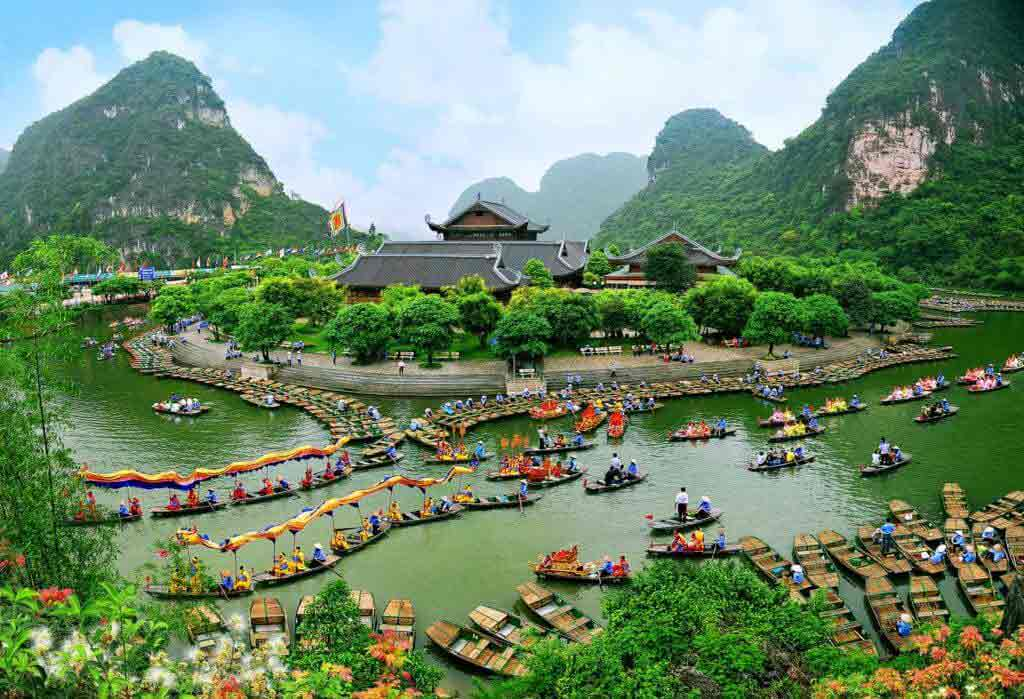Crowded Ninh Binh in holiday